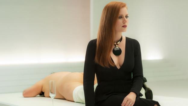 Susan Morrow (Amy Adams) an einer Vernissage in ihrer Galerie.