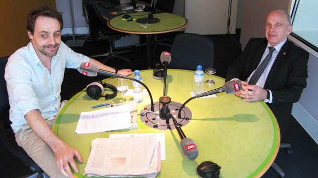 Dominic Dillier und Bundespräsident Ueli Maurer im Radiostudio Bern.