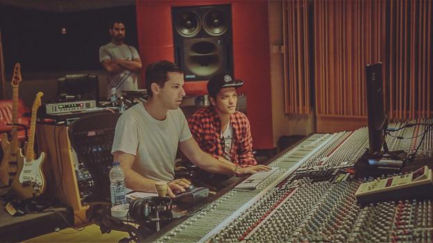 Mark Ronson (links) und Bruno Mars zusammen im Studio.