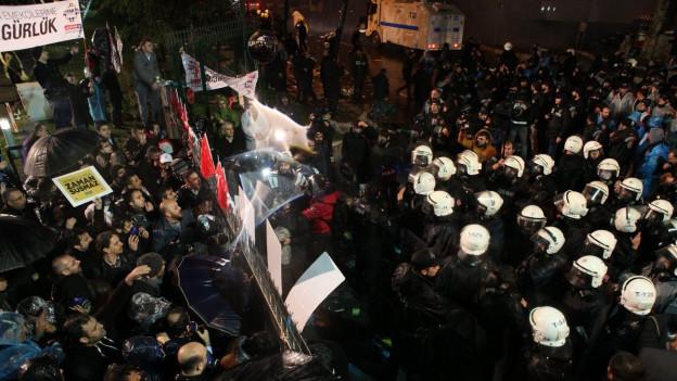 Auf dem Bild sind türkische Polizisten zu sehen