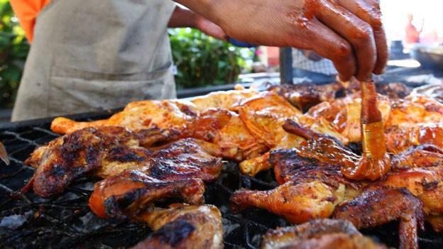 Auch der Fleischgenuss scheint ein Faktor zu sein, der unserem Klima schadet.