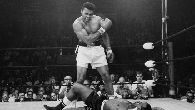 Mohammad Ali besiegt am 25. Mai 1965 Sonny Liston.