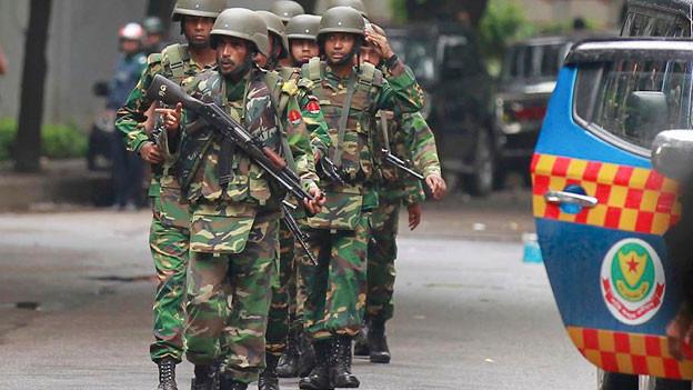 Einsatzkräfte in Dhaka