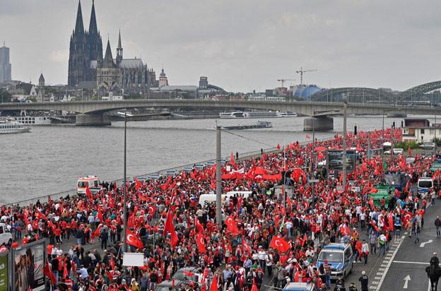 Zehntausende versammeln sich in Köln um ihre Sympathie mit dem türkischen Präsidenten zu bekunden.