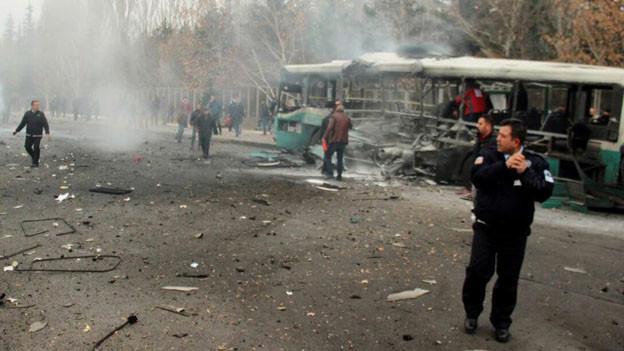 Autobombe tötet 13 Soldaten