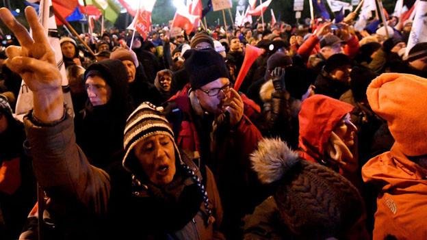Tausende Demonstranten blockieren das Parlament