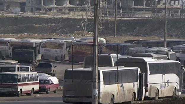 Busse stehen bereit für den Abtransport
