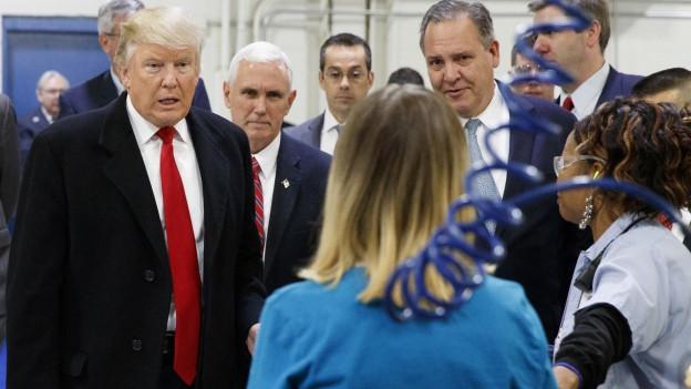 Der neue US-Präsident mit Arbeitern