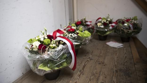 Wer erhält die Blumen? Zwei Sitze sind noch nicht vergeben.