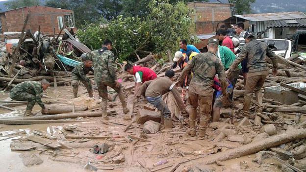 Helfer bergen Verletzte in Mocoa