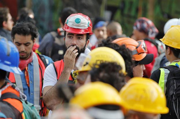 In Mexiko-Stadt müssen Helfer die Suche nach Opfern eines starken Erdbebens unterbrechen, weil die Stadt erneut von einem Erdstoss erschüttert wurde.