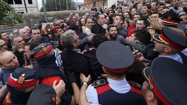 Einsatzkräfte und Bürger in Katalonien