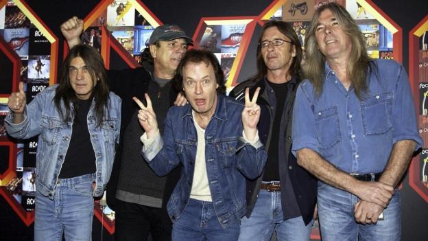 Macolm Young (ganz links) und die ganze Band im März 2003.