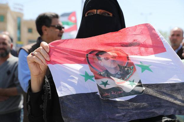 Die Luftschläge gegen Syrien riefen weltweit vor allem politische Reaktionen hervor - hier in Amman protestieren Exil-Syrer gegen die Militäraktion.