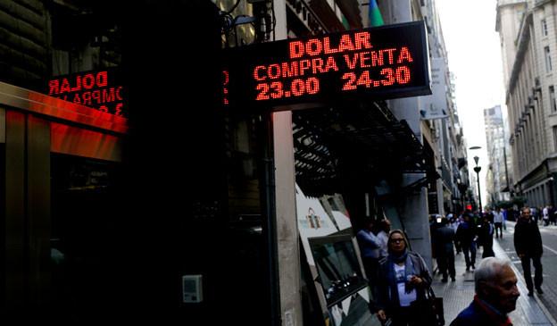 Die argentinische Währung, der Peso, verliert stark an Wert, die Wirtschaft leidet und es werden im Land unangenehme Erinnerungen wach.
