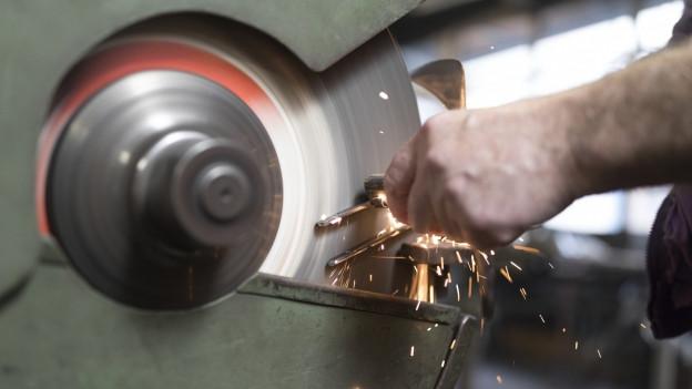 Funken sprühen in der Metallbranche.