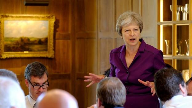Premierministerin Theresa May spricht mit ihrer Regierung über die britische Brexit-Verhandlungsposition