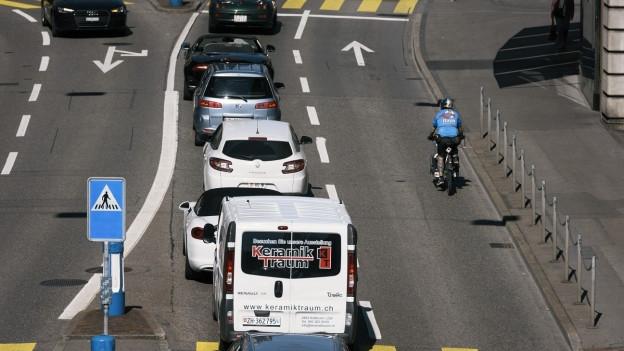 Fahrzeuge auf einer mehrspurigen Strasse
