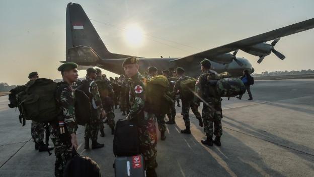 Trotz schwieriger Umstände hat das indonesische Militär damit begonnen, Hilfsmaterial in die betroffene Region auf Sulawesi zu fliegen.