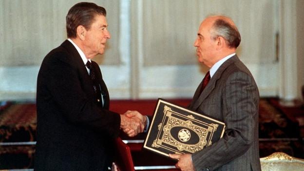 Reagan und Gorbatschow bei der Ratifizierung des INF-Vertrags 1988.