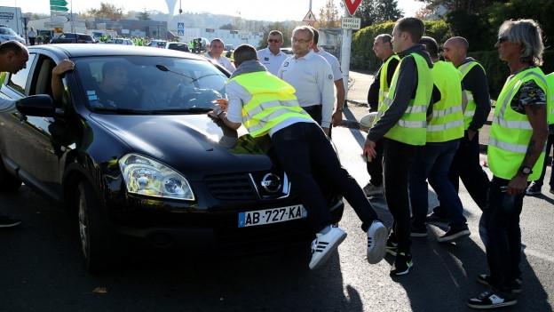 Aus Wut über Steuern auf Treibstoff gingen Zehntausende in Frankreich auf die Strasse und blockierten den Verkehr.