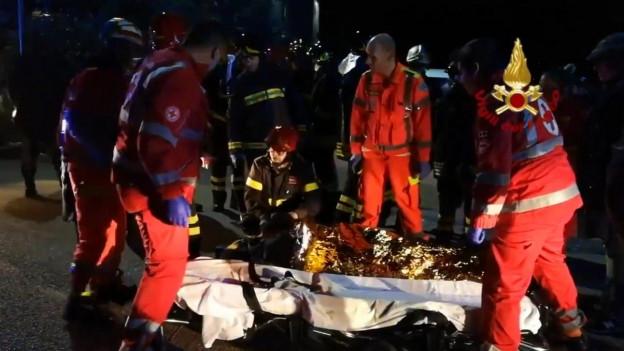 Rettungskräfte versorgen eine verletzte Person.