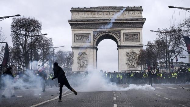 Beim Arc de Triomphe in Paris lag heute Tränengas in der Luft.