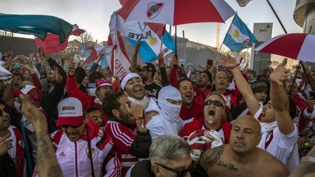 Fans von River Plate in den Strassen von Madrid.