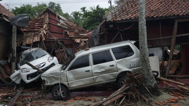 Erneut ist Indonesien von einem Tsunami betroffen; auf den Inseln Java und Sumatra kamen mindenstens 220 Menschen ums Leben, hunderte wurden verletzt.