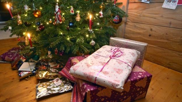 Trotz boomendem Onlinehandels kaufen viele Menschen ihre Geschenke immer noch gerne im stationären Handel.