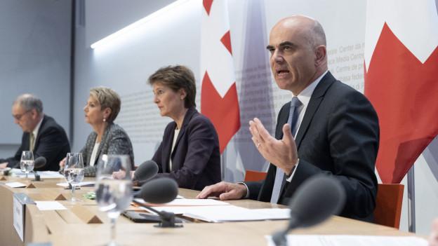 Alain Berset, Simonetta Sommaruga, Karin Keller-Sutter und Guy Parmelin vor der Presse.