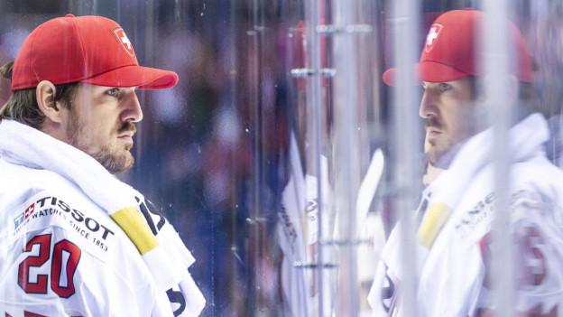Lange Gesichter: Die Schweizer Hockey-Nati  mit Torhüter Reto Berra muss vorerst auf das Heimturnier verzichten.