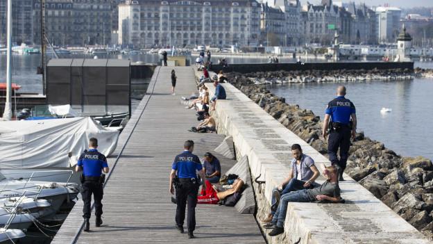 Polizisten patroullieren an der Genfer Seepromenade.