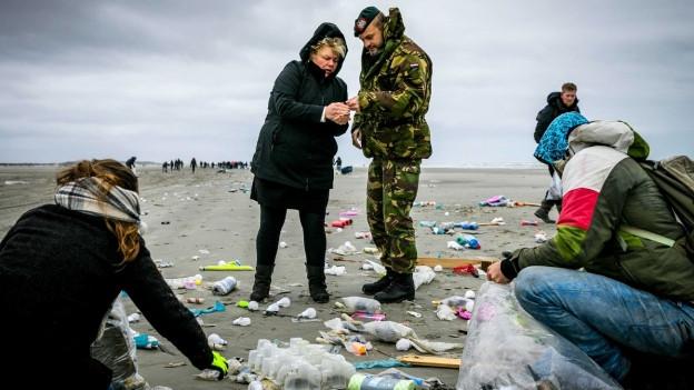 Tausende Freiwillige sammeln auf Schiermonnikoog am niederländischen Wattenmeer Gegenstände ein, die aus Containern des Frachters «MSC Zoe» stammen.