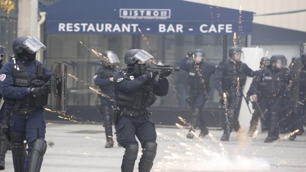 Gewaltbereite Protestierende plünderten in Paris Luxusläden und Restaurants.