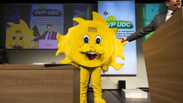 Trügt der (Sonnen-)Schein? Parteipräsident Albert Rösti mit dem Sünneli-Maskottchen.