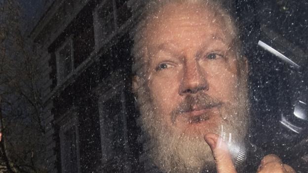 Daumen hoch? Assange wird von der ecuadorianischen Botschaft abtransportiert.