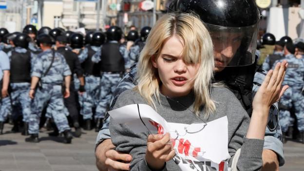 Die Polizei in Moskau hat Hunderte Teilnehmerinnen und Teilnehmer eine Demokratie-Demonstration festgenommen.
