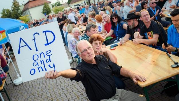 Wie stark wird die AfD? Ein Wähler bei einer Wahlkampfveranstaltung in Oranienburg.