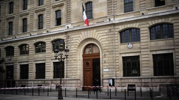 Wie konnte ein offenbar ein Mann, der einer radikal Form des Islam anhing, über Jahre unentdeckt im Pariser Polizeihauptquartier arbeiten?