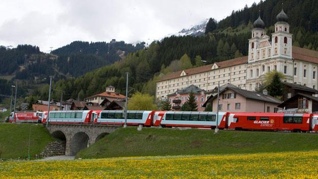 Eine Komposition des renommierten Glacier Express fährt am Kloster Disentis vorbei.
