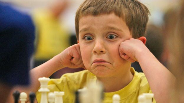 Der 6jährige Venec Miller konzentriert sich auf eine Partie Schach