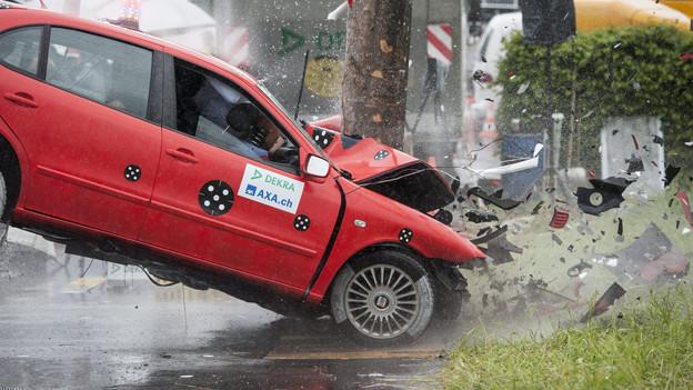 Ein Auto prallt bei einem simulierten Unfall mit 80 Stundenkilometern in einen Baum an einem Crashtests in Wildhaus