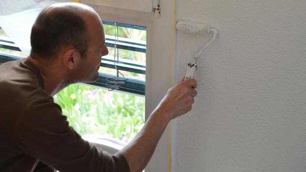 Input-Redaktor Reto Widmer hat für seine stark verkürzte Maler-Lehre zum «Mini-Roller» gegriffen.