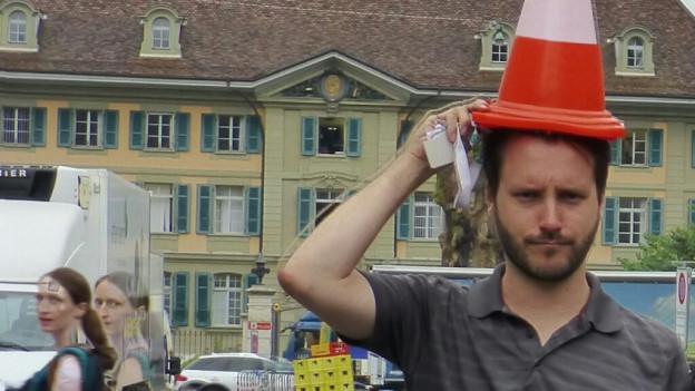 Während den manischen Phasen trägt Manuel oftmals eine Kopfbedeckung. Weshalb weiss er nicht.