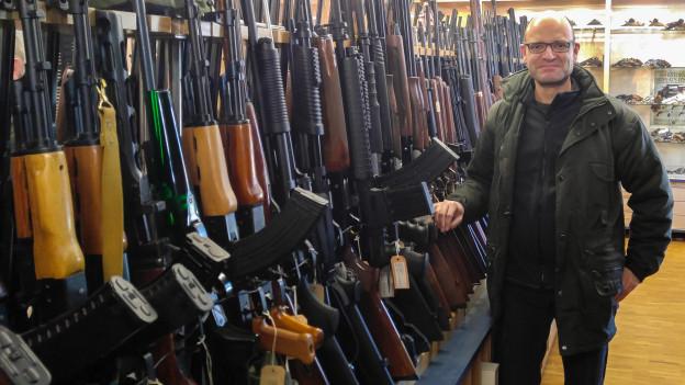 Grosse Auswahl! Input-Redaktor Reto Widmer in einem Waffengeschäft