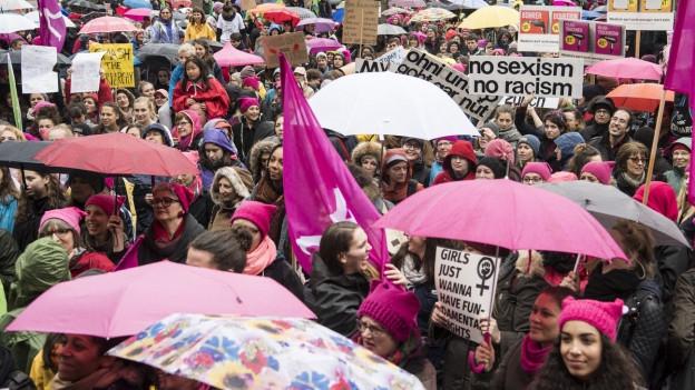 Pinke Pussyhats am Womans March in Zürich