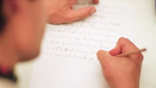 Ein Illetrist schreibt einen Text.