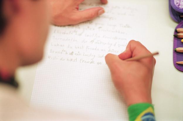 Ein Illetrist verfasst einen Text.