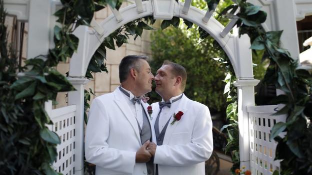 Schwules Paar bei der Hochzeit
